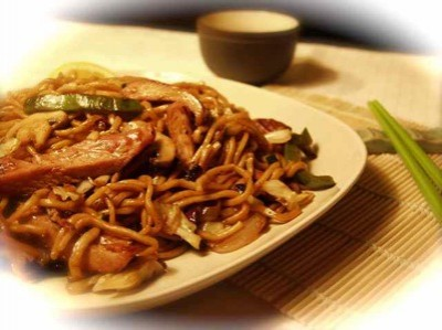 Yaki Udon   Noodles saltati con carne e funghi